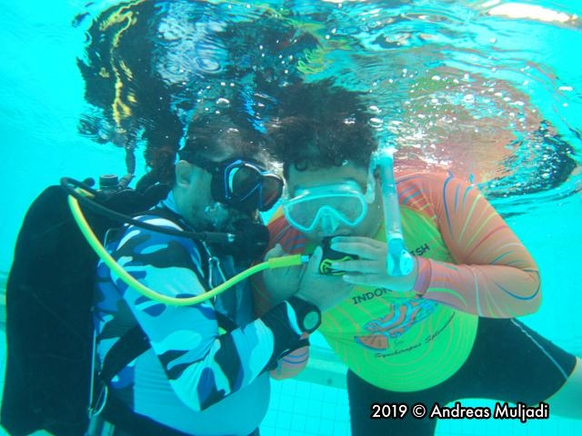 Breathing the scuba with hand guiding