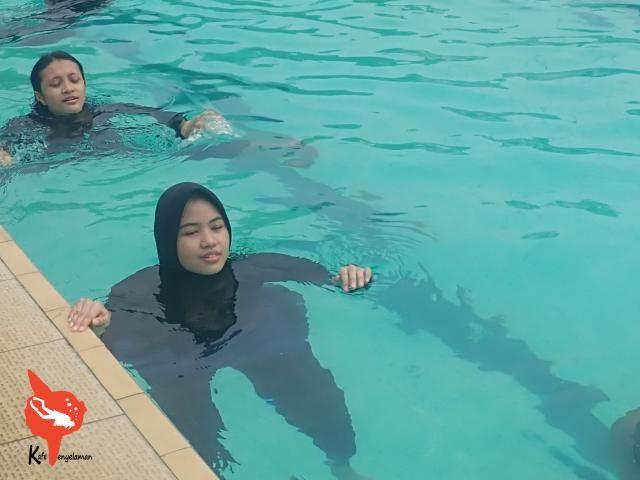 Takut-takut saat mencoba masuk dunia air