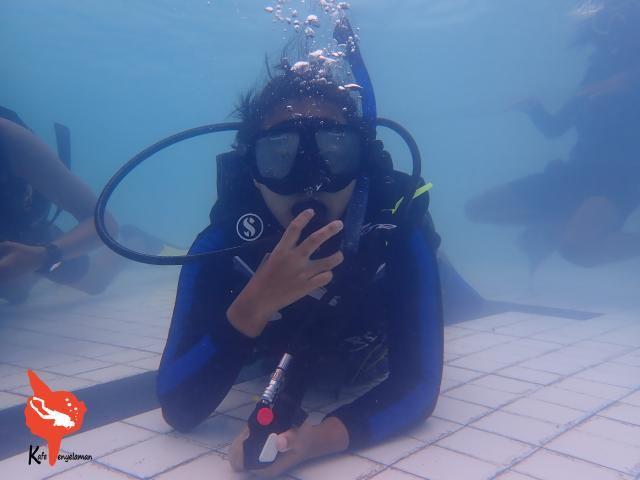 Menikmati bernafas di bawah air